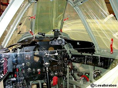細部まで分るボーファイターの操縦席downsize