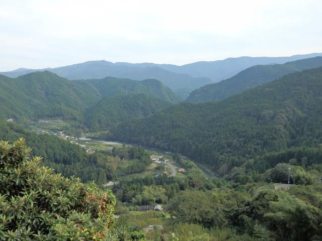 鮎喰川を見下ろす山の斜面に登ってきた