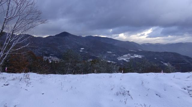 見通しの利くところから阿讃山地を眺める