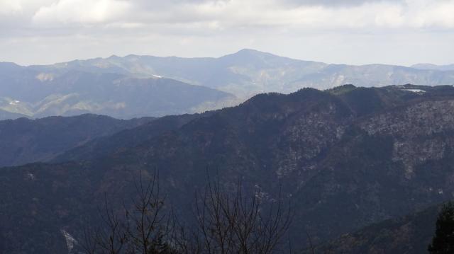 阿讃山地を振り返ると、大川山 (1043m) が見えている