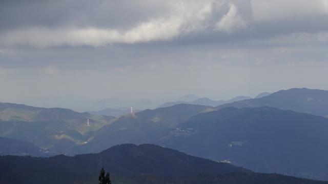 雲辺寺山の向こうに瀬戸内海も見える