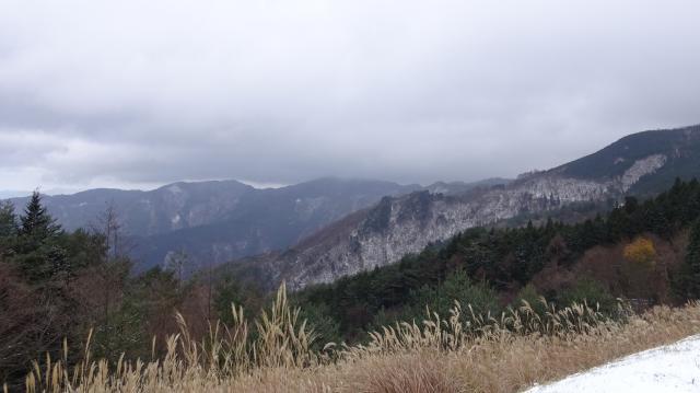 駐車場から山々を見る