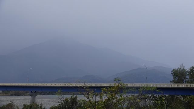吉野川から高越山を見上げる