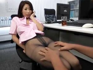 パンスト直穿きのセクシーなキャリアウーマン上司が仕事中に誘惑してきた 篠田あゆみ