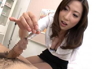 鉄の棒で精子の出る穴を責めながら診察手コキで痴女医が強制射精させる!横山みれい