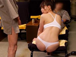 足ツボマッサージをしているサウナレディーを見ながらオナニーしてた別のお客さんが美尻にザーメンぶっかけ!
