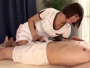 乳首を集中して刺激してチンポへのソフトタッチで射精させる痴女エステティシャン 椎名ひかる