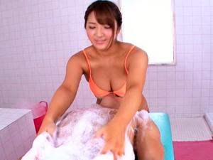 ムッチリ日焼け痴女がアナルの中まで洗ってくれる洗体サービスではチンポは膣内洗浄してくれます 神咲詩織