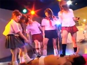 M男クンが集団制服女子にひたすらいたぶられる!でも幸せ・・・