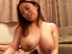 息子のチンポで突かれながら友達のチンポをしゃぶる変態母さん 織田真子