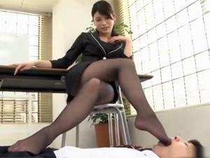 OL上司のストレス解消でパンプスで踏みつけられパンスト足を舐めさせられるM男社員