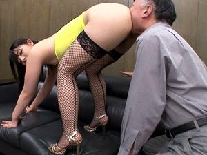 社員の見ている前で社長のチンポをオモチャにしてイキ潮をぶっかける痴女OL!上原亜衣