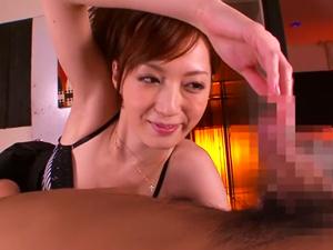 美人お姉さんが色々な角度から手コキフェラで責めたチンポをマンコに導いて濃厚SEX!