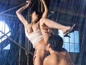 豪雨の中での激しいSEXでズブ濡れになりながらイキまくる巨乳痴女!!