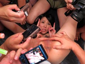 撮影会でマンコを開いてピースしてファンのチンポを舐めまくり大量のザーメンをぶっかけられちゃいます!桜木凛