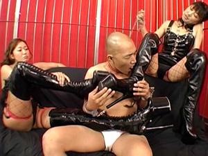 M男を踏みつけブーツを舐めさせ足コキで弄ぶ2人のボンテージ痴熟女