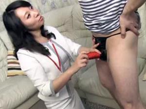 乳首舐め手コキで射精させるオナホールの熟女訪問販売員