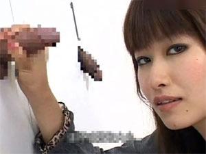 壁から出てるちんこを手コキして彼氏のちんこを当てる彼女