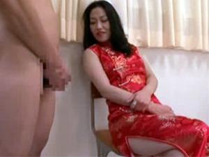 射精する瞬間を見守るチャイナドレスの痴熟女のセンズリ鑑賞