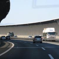 高速道路を走っている車