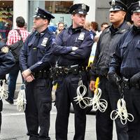 取り締まる警察官