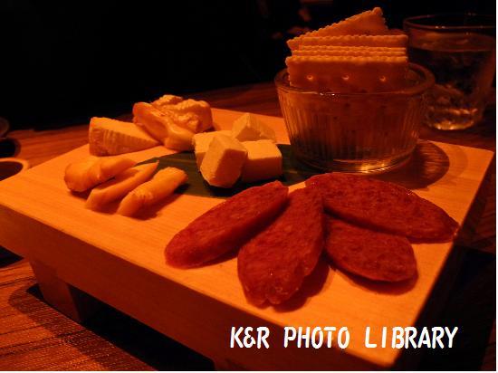 4月18日スモークチーズとサラミの盛合せ