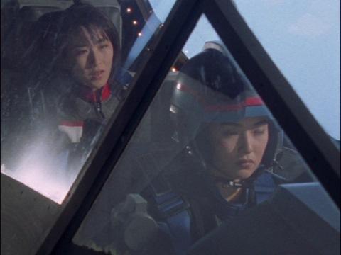 サエキ・レイカ隊員と共にガッツシャドーに乗る、ユミムラ・リョウ隊員(演:斉藤りさ)