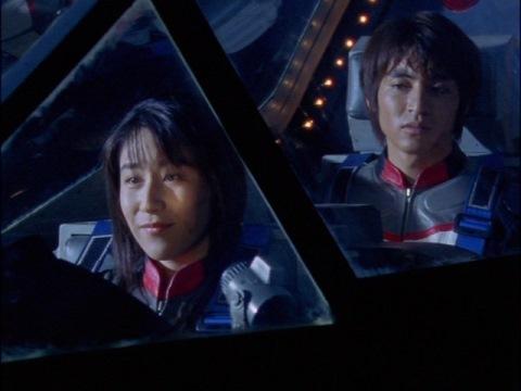 アスカ隊員を迎えにきた、ユミムラ・リョウ隊員(演:斉藤りさ)