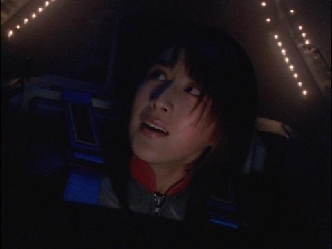自分に構わず撃てと伝える、ユミムラ・リョウ隊員(演:斉藤りさ)