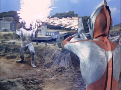 ダダの顔面に、スペシウム光線直撃!