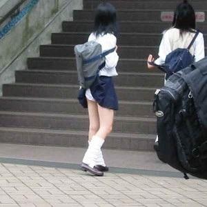 エスカレーター スカートめくり
