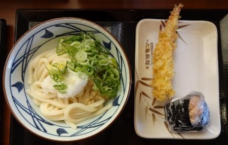 夫 ~ おろし醤油うどん(冷・並) 350 円 + 鮭おむすび 130 円 + えび天 150 円