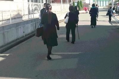 法事 歩く