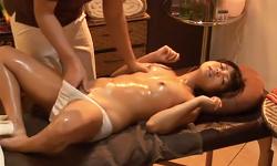 外にいる彼氏が気になりながらエロマッサージ師のテクに夢中でしゃぶってお股開くスケベ彼女