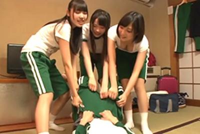 クラスのヤリマン女子たちに4Pで童貞を奪われた修学旅行の夜!