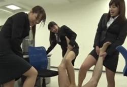 【M男】ブチ切れ就活生達のストッキング脚責め!