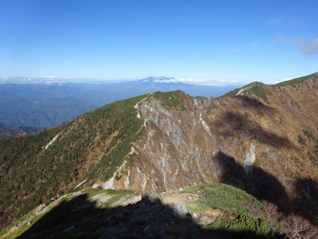 10月17日 東川岳の後ろに御嶽山