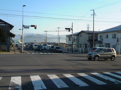 国道406号村山町交差点から踏切を望む