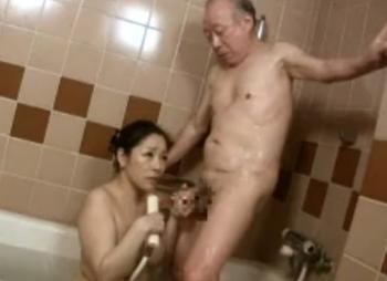 経験豊富な女性が老人を性介護
