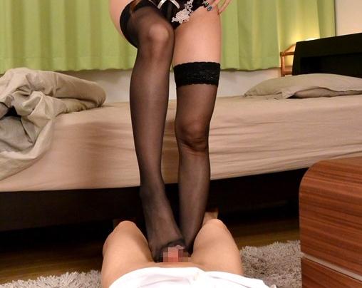 黒ニーハイストッキングの痴女お姉さんが包茎の弟に足コキ責めの脚フェチDVD画像3
