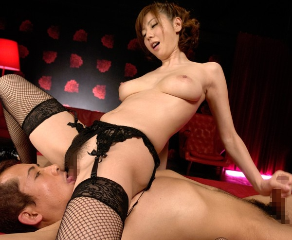 風俗嬢の麻美ゆまがガーター網タイツで痴女足コキ責めの脚フェチDVD画像1