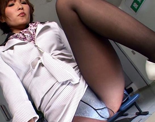 痴女OLお姉さんの黒パンスト美脚で足コキされ大量足射の脚フェチDVD画像2