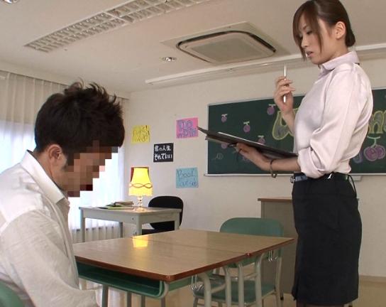 関西弁の女教師にニーハイストッキングで足コキされ瞬殺されるの脚フェチDVD画像1