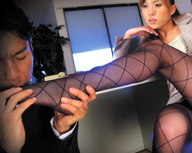 スケベOLの黒パンスト美脚を足舐めし足コキや着衣SEXでイクの脚フェチDVD画像1