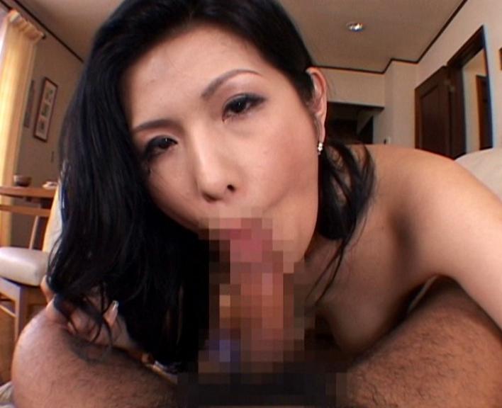フェロモン溢れるお色気熟女が息子の肉棒を生足コキの脚フェチDVD画像2