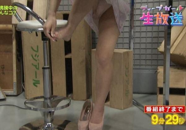 芸能人がテレビでやらかしたホットパンツやスカートのパンチラ画像15