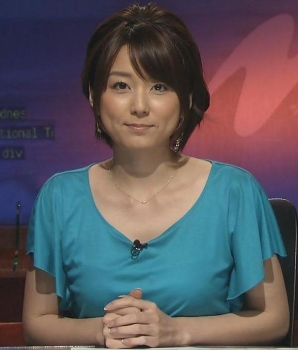 秋元優里アナの着衣巨乳・美脚エロ画像16