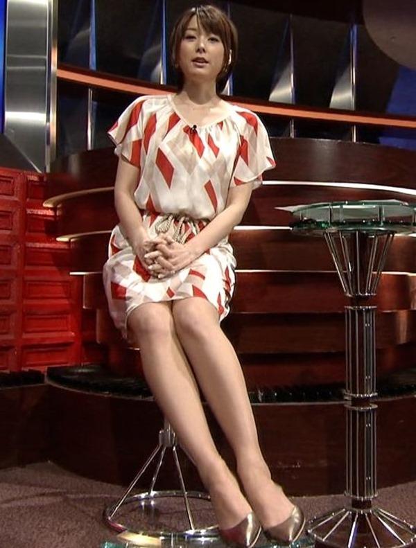 秋元優里アナの着衣巨乳・美脚エロ画像17