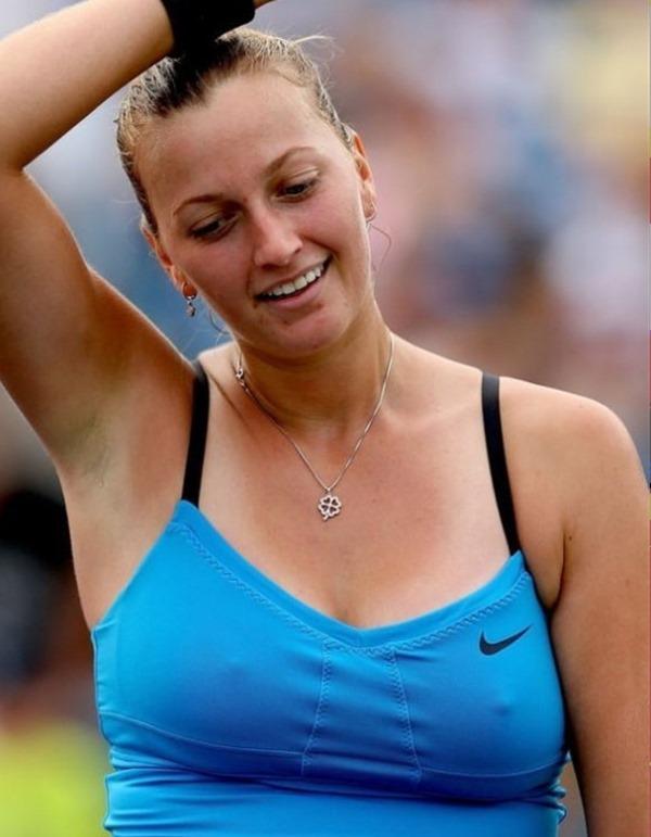 女子テニスプレーヤーが試合中に透け乳首してる画像20