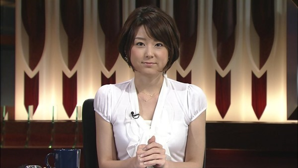 秋元優里アナの着衣巨乳・美脚エロ画像5